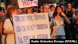 Протести во Скопје поради поскапувањето на електричната енергија, парното и горивата.