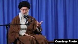 رهبر جمهوری اسلامی، آمریکا را متهم کرد که به گفته او خراب کردن نتیجه مذاکرات هستهای تلاش میکند.