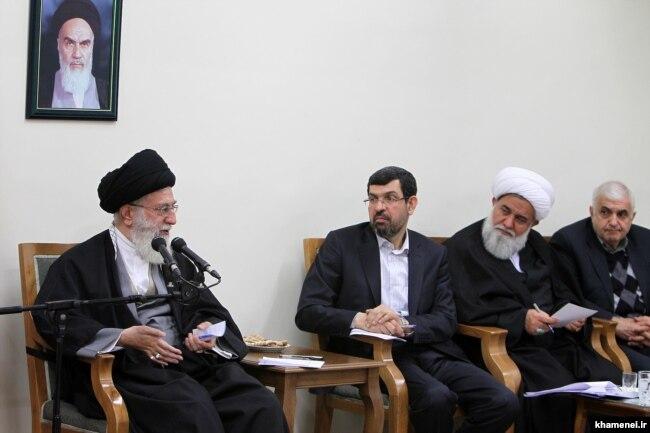 صادق واعظزاده (وسط) در دیدار اعضای شورای عالی الگوی ایرانی-اسلامی پیشرفت با آیتالله خامنهای