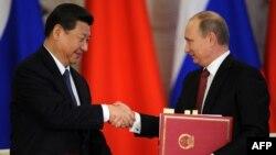 Кинескиот претседател Кси Џинпинг, кој е во посета на Москва, се сретна со рускиот премиер Владимир Путин.