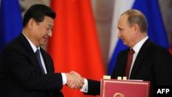 Қытай төрағасы Си Цзиньпин (сол жақта) мен Ресей президенті Владимир Путин. Мәскеу, 22 наурыз 2013 жыл.