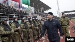 Глава Чечни Рамзан Кадыров (на первом плане) после обращения к чеченскому народу и жителям России на стадионе имени Билимханова, 28 декабря 2014 года