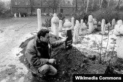 Holandski novinar Robert Dulmers kod mezara Hakije Turajlića, mart 1993. u Sarajevu