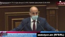 «Իմ քայլ»-ի պատգամավոր Վահագն Հովակիմյանը խորհրդարանին է ներկայացնում սահմանադրական փոփոխությունների նախագիծը, Երևան, 22-ը հունիսի, 2020թ.