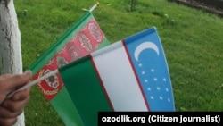 Государственные флаги Узбекистана и Туркменистана.