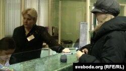 Натальля Пінчук пераводзіць сабраныя для Бяляцкага грошы.