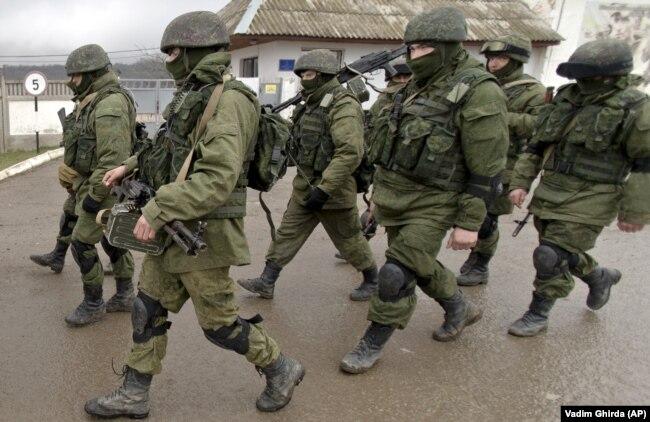 Російські солдати без розпізнавальних знаків в Криму на початку анексії, 20 березня 2014 року