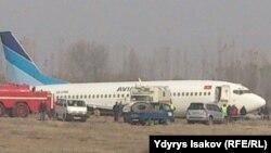 """Ош: """"Боинг 737"""" совершил аварийную посадку"""