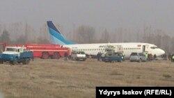 Ўш аэропортида авария бўлган Боинг-737 самолёти.