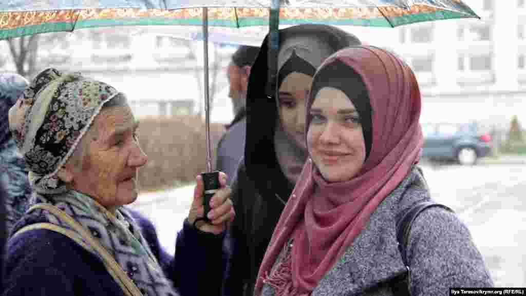 Мать и дочери Муслима Алиева. По версии следствия, он организовал ячейку «Хизб ут-Тахрир». Алиеву грозит от 15 лет лишения свободы