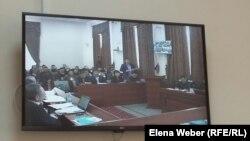 На суде, где рассматривают апелляцию по делу бывшего премьер-министра Серика Ахметова и чиновников Карагандинской области. Караганда, 10 марта 2016 года.