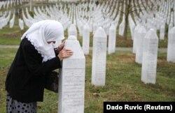 Bosnje e Hercegovinë: Një grua pranë varrezave të familjarëve