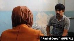 Хушнуда говорит с корреспондентом Радио Озоди Махмудджоном Рахматзода