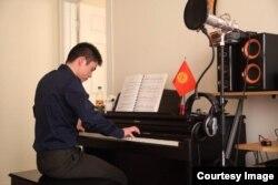 Один из наших соотечественников Мирлан Мурзапазылов играет на пианино. Фото предоставлено Замирбеком Нуровым.