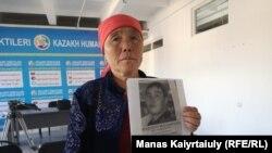 Жительница Алматинской области Науатхан Жакып держит фотографию задержанного в китайском регионе Синьцзян сына. Она говорит, что о сыне длительное время нет вестей. Алматы, 10 октября 2019 года.