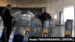 Ежедневно через столичную подземку проходит около двухсот тысяч человек, но с каждым годом их число сокращается: люди предпочитают наземный транспорт. А в начале 90-х, когда в Тбилиси еще не было маршруток, метрополитен имел около полумиллиона пассажиров в сутки