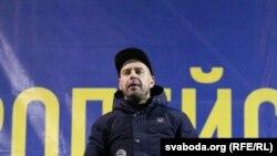 """Участник белорусской группы """"Ляпис Трубецкой"""" выступает перед участниками проевропейских протестов в Киеве. 7 декабря 2013 года."""