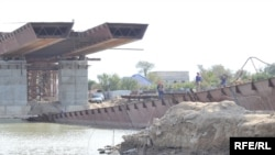 Апат орнында көпірдің құлаған бөлігін көтеру жұмыстар жүргізіліп жатыр. Атырау, қазан, 2009 жыл.