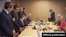 Встреча главы МИД Туркменистана Решида Мередова (слева) с представителями ЕС, Верховный представитель ЕС по внешней политике Федерика Могерини (справа), октябрь 2016 (архивное фото)
