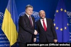 Petro Poroșenko cu președintele Parlamentului European Martin Schulz la Bruxelles.