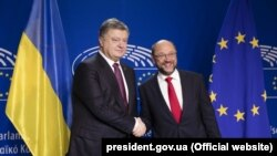 Президент Украины Пётр Порошенко (слева) и президент Европейского парламента Мартин Шульц, 20 октября 2016 года