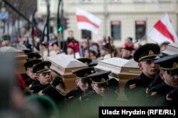 1863-жылдагы падышалык Орусияга каршы улуттук боштондук көтөрүлүштүн айрым катышуучуларынын сөөктөрүн аруулап кайра көмүү аземи. Вильнюс, Литва. 2019-жылдын 22-ноябры.