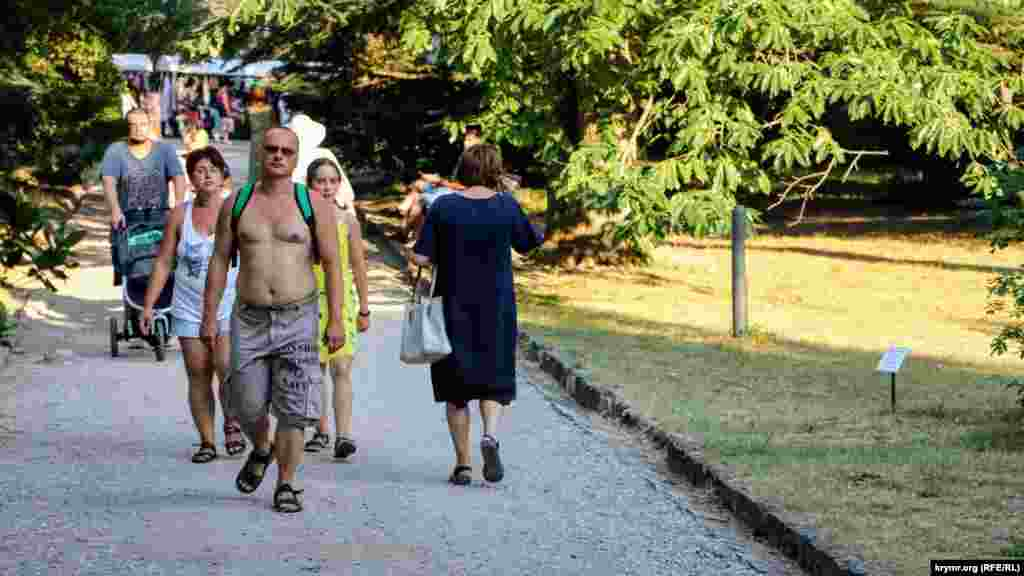 В парке прогуливаются туристы