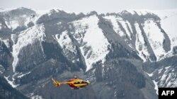 Вертоліт рятувальних служб біля місця авіакатастрофи на південному сході Франції, 24 березня 2015 року