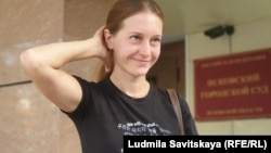 Журналист Светлана Прокопьева у здания суда