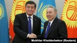 Қазақстан президенті Нұрсұлтан Назарбаев (оң жақта) пен Қырғызстан президенті Сооронбай Жээнбеков. Астана, 25 желтоқсан 2017 жыл.
