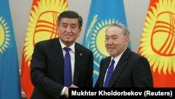 Президенты Кыргызстана и Казахстана Сооронбай Жээнбеков и Нурсултан Назарбаев. Астана, 25 декабря 2017 года.