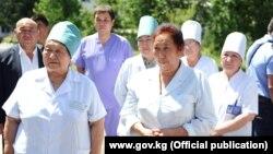 Врачи больницы имени Рысбекова города Каракуль. Фото сделано во время посещения больницы премьер-министром Мухаммедкалыем Абылгазиевым.