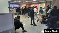 Орусиянын аэропортторунда мекенге кайтууну күтүп турган мигранттар. Апрель, 2020-жыл. Иллюстрациялык сүрөт.