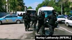Бегущие на задержание участников протестов сотрудники спецподразделения полиции. Алматы, 6 июня 2020 года.