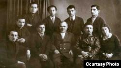 Yazıçı və tənqidçilər. Yuxarıda soldan ikinci Məmməd Rahim, soldan üçüncü Mikayıl Müşfiq