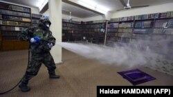 Әл-Наджаф қаласындағы діни кітапханада вирусқа қарсы дәрі шашып жүрген адам. Иран, 9 наурыз 2020 жыл.