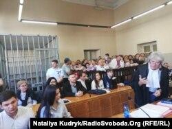Засідання суду 21 червня 2019, виступає Делла Валле. Ліворуч від нього у першому ряді – представники Мін'юсту України