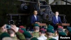 Президент США Барак Обама и премьер-министр Эстонии Таави Роивас во время встречи с военнослужащими в аэропорту Таллина