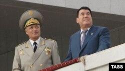 Türkmenistanyň öňki prezidenti Saparmyrat Nyýazow (sagda) we öňki goranmak ministri Agageldi Mämmetgeldiýew, 2006-njy ýyl.