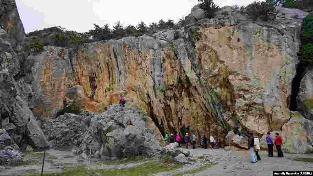 Курортне селище Нікіта поблизу Ялти знамените не тільки ботанічним садом, але й Аянськими скелями. Цю прямовисну скельну стіну в Нікітській розколині альпіністи колись назвали «Машчин поцілунок»
