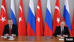 Rejep Taýyp Erdogan (çepde) we Wladimir Putin. 2013 ý.