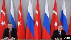 Президент России Владимир Путин (справа) и премьер-министр Турции Реджеп Тайип Эрдоган (архив)