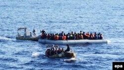 Африкалык мигранттар Жер ортолук деңизи аркылуу Европага мына ушундай кайыктар менен жөнөшөт. 2016-жылы тартылган сүрөт.