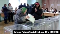 Киевтегі сайлау учаскесінде дауыс беріп жатқан сайлаушы. Украина, 26 қазан 2014 жыл.