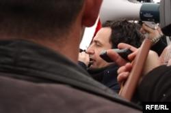 Albin Kurti në mesin e protestuesve