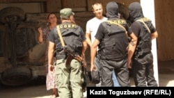 Бойцы специального отряда быстрого реагирования во дворе жителей поселка Шенгельды Алматинской области. 21 августа 2013 года.