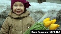 Девочка с цветами накануне Международного женского дня. Алматы, 7 марта 2012 года.