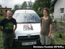 Ігор і Наталя Чернецькі біля входу до центру «Бандерівський схрон». 5 серпня 2019 року