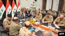 المالكي خلال اجتماع مع القادة العسكريين(الارشيف)