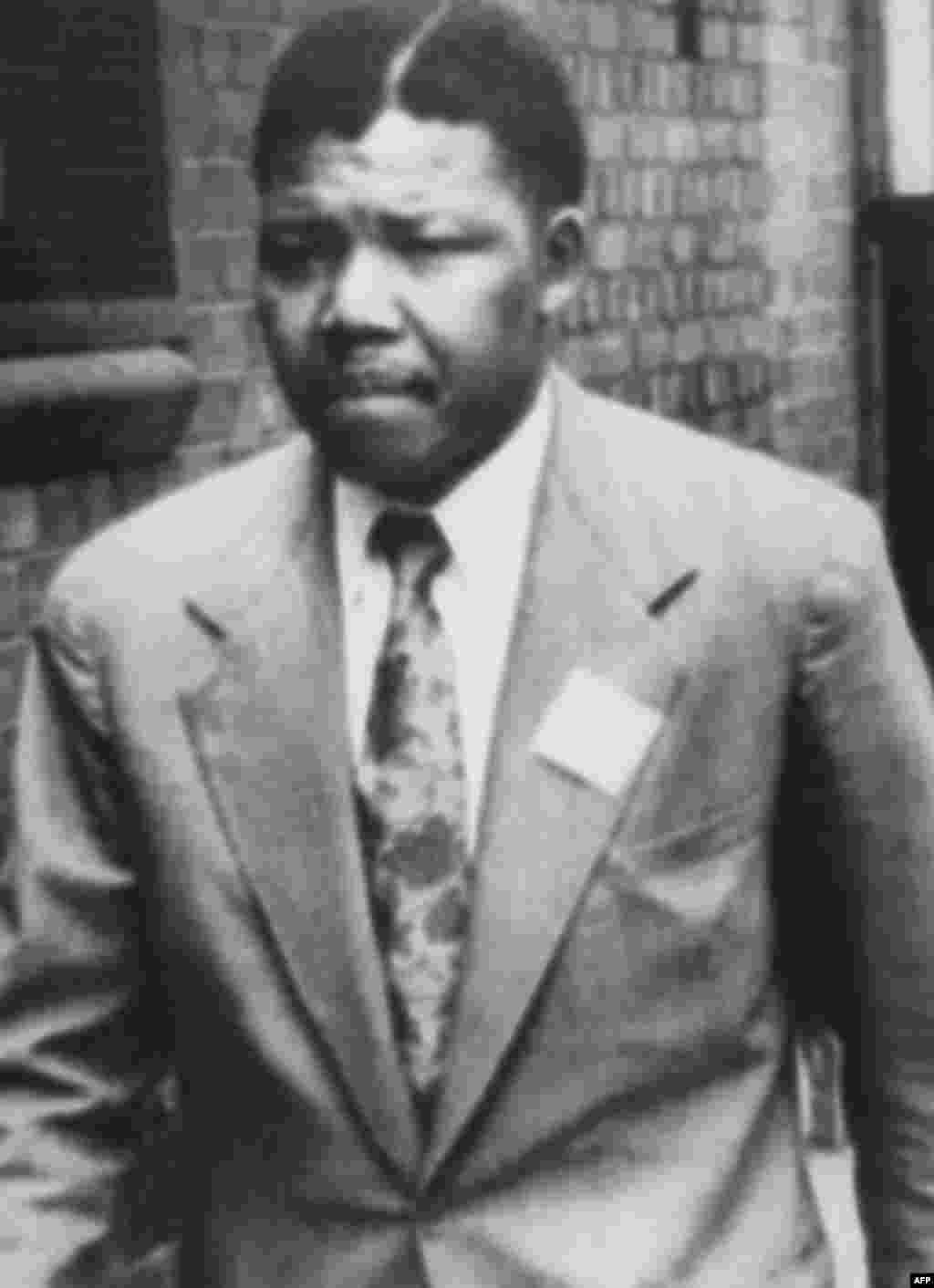 در سال ۱۹۴۳ به «گنگره ملی آفریقا» پیوست، در سال ۱۹۵۲ اولین موسسه حقوقی وکلای سیاهپوست را راه انداخت و در سال ۱۹۵۸ با همسر دومش، «وینی»، از فعالان مباررزه با آپارتاید ازدواج کرد.